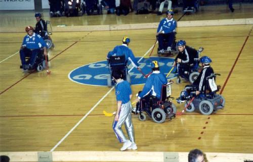 La Nazionale di wheelchair hockey in azione (immagine di repertorio)